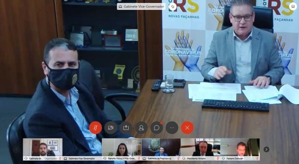 Reprodução de tela de videoconferência, com destaque da imagem do vice-governador Ranolfo sentado na ponta de mesa de reunião, com banners do governo às costas. À direita da imagem, também sentado, o secretário adjunto da SSP, cel. Marcelo Frota.