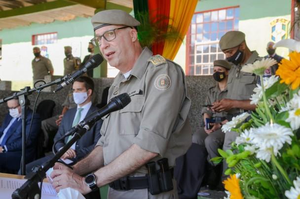 Comandante-geral da BM, coronel Rodrigo Mohr fala ao microfone. Ao fundo, sentados, o governador Eduardo Leite e o vice-governador Ranolfo Vieira Júnior.